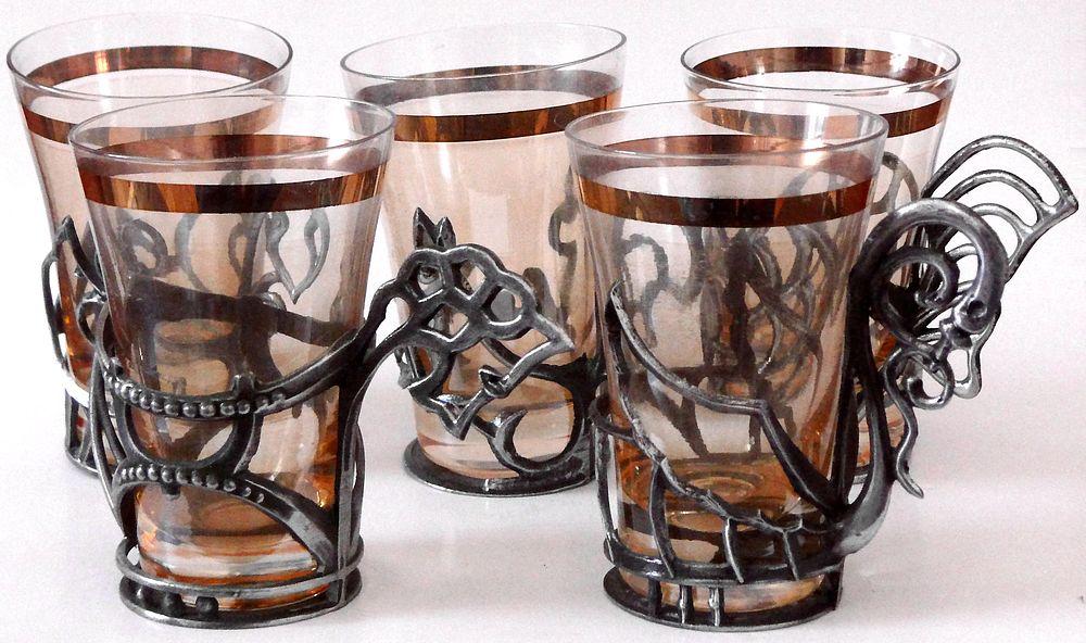 skleničky v držácích